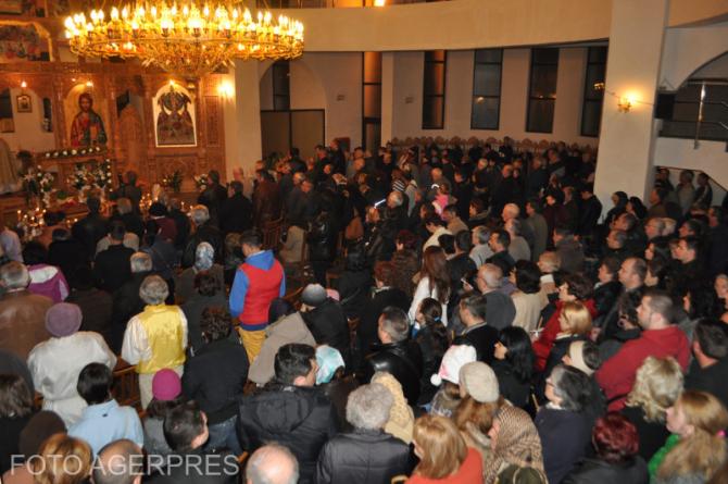 Credinciosi la slujba de Inviere, la Biserica Ortodoxa 'Schimbarea la fata' din Resita.