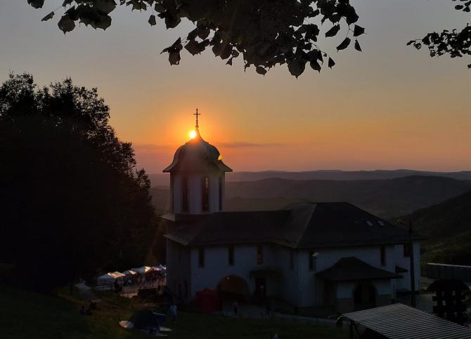 Fotografie cu intrarea la Mănăstirea Nicula. Adormirea Maicii Domnului 2019