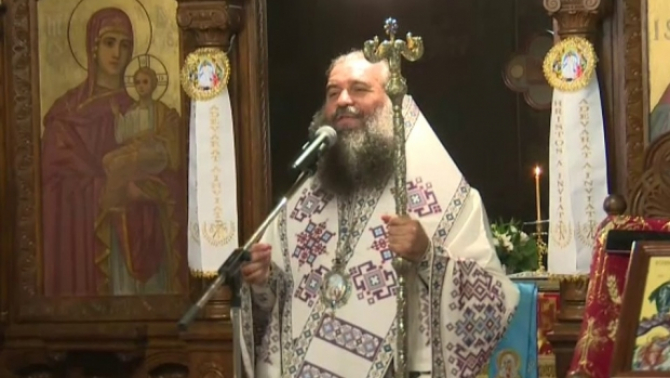 Episcopului Slatinei şi Romanaţilor la slujba de  duminică din Caracal