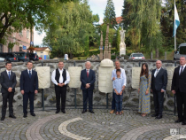 Primarul din Odorheiu Secuiesc, Galfi Arpad, și primarul Budapestei, Tarlós István (în centru), lângă monumentul inaugurat în data de 4 septembrie 2019 în centrul municipiului Odorheiu Secuiesc