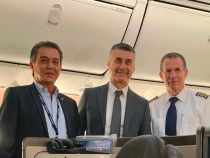 De la stânga la dreapta, directorul ELAL România, Josef Bitton, Ambasador David Saranga și căpitanul Yehuda Geffen.