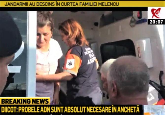 Mama Luizei Melencu a fost luată cu Salvarea după ce jandarmii au intrat în curte.