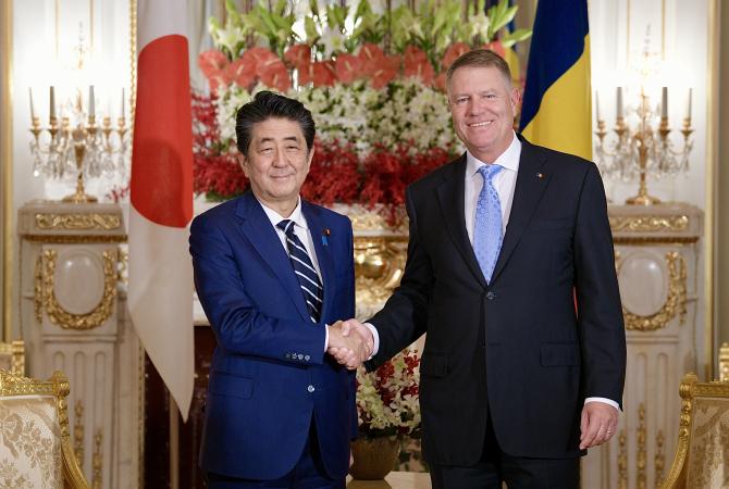 Klaus Iohannis, primit luni, la Palatul Akasaka-Geihinkan, de prim-ministrul nipon Shinzo Abe. Foto: Administrația Prezodențială