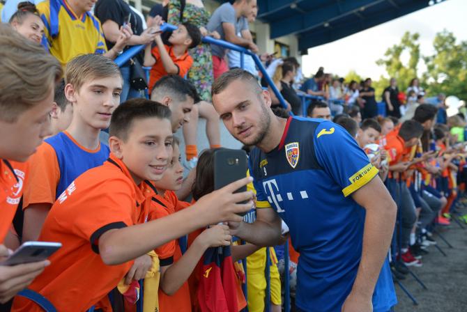 George Pușcaș cu copiii în tribune. foto: FRF