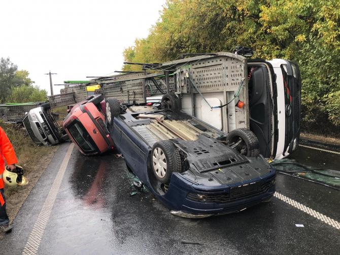 Tir încărcat cu autoturisme, răsturnat pe DN7. Foto: cititor DCNews