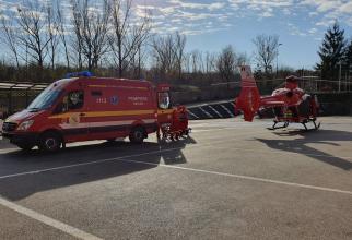Ambulanță SMURD și elicopter SMURD. Foto: ISU SJ.