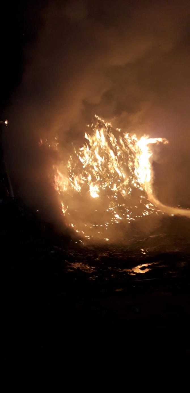 Incendiu depozit deșeuri. FOTO: ISU Vâlcea