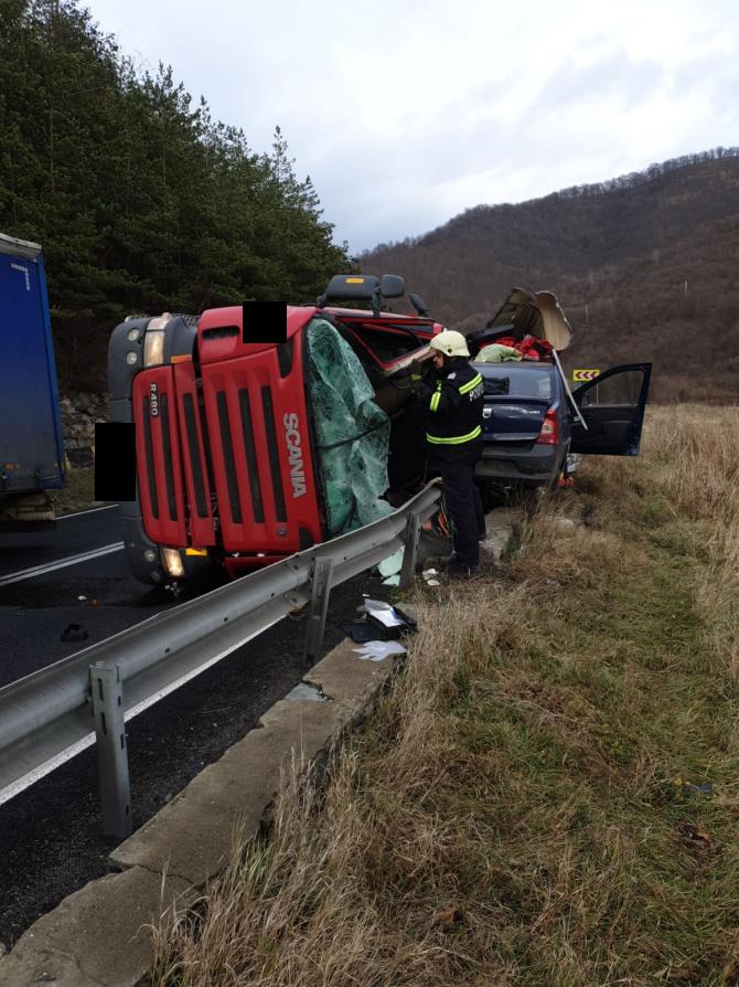 TIR răsturnat peste un autoturism. FOTO: ISU Sibiu