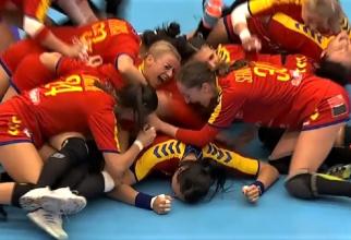 România - Ungaria, scor 28-27. Momentul bucuriei de la fluierul final, cu Cristina Neagu prăbușită pe podea.