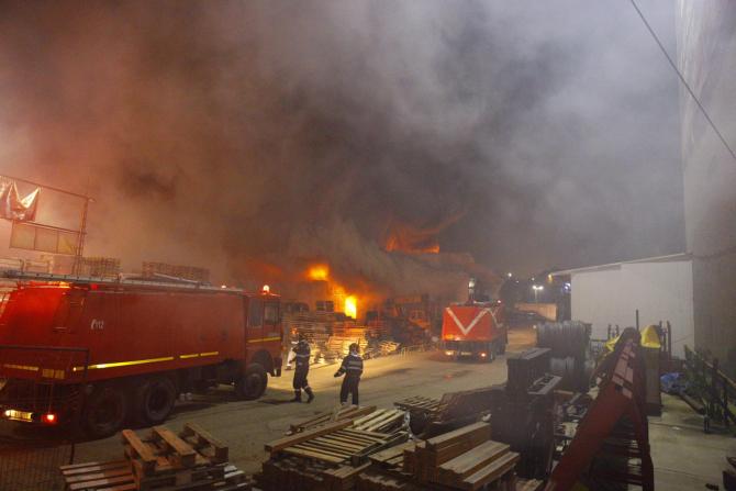 Incendiu depozit. Foto: ISU