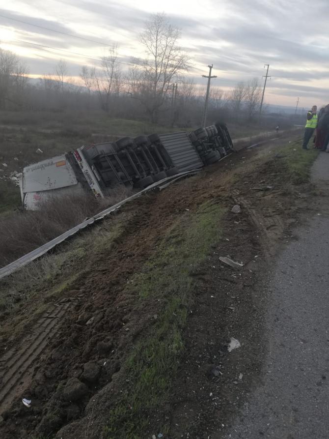 TIR răsturnat. Foto: IPJ Mehedinți