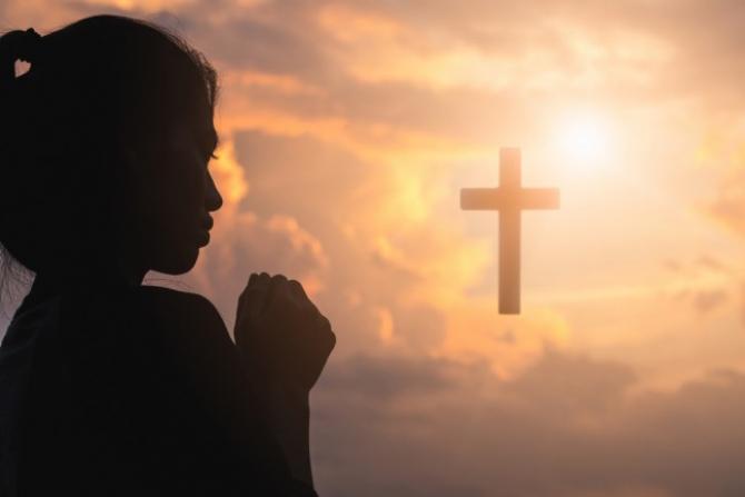 Femeie care se roagă