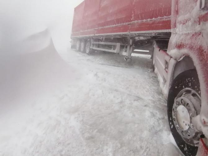 TIR împotmolit în zăpadă. Foto: ISU