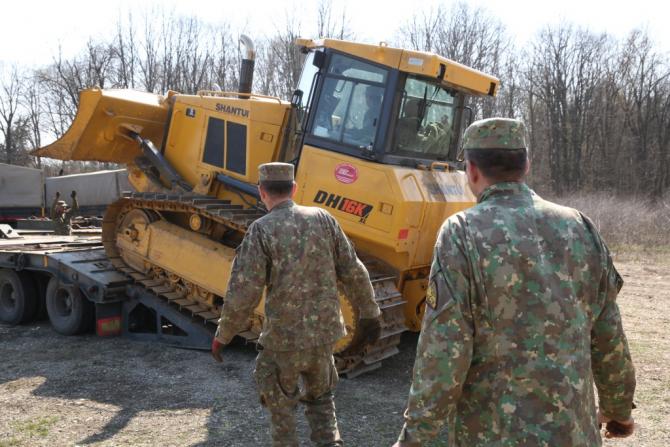 Aspect din timpul pregătirilor pentru montarea formațiunii medicale ROL 2  Foto: MApN