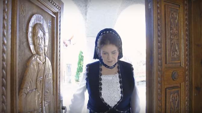 """Sursa: captură video YouTube Irina Loghin Oficial - """"Rugă pentru poporul român"""""""