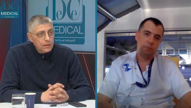 Jurnalistul Val Vâlcu și dr Răzvan Stavri, discuție despre cancerul de colon. Foto: DC Medical