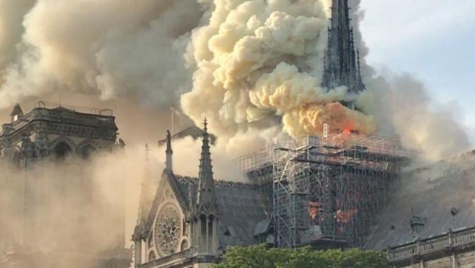 Catedrala Notre Dame, mistuită de incendiu
