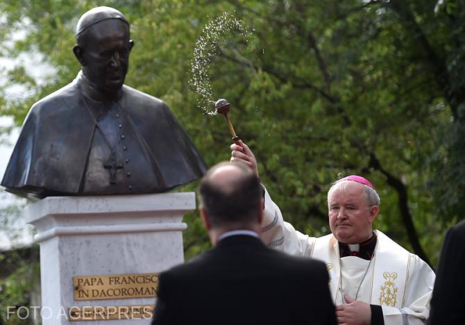 Inaugurată pe 16 iunie, statuia Suveranului Pontif se află amplasată pe Bulevardul Schitu Măgureanu,  în apropierea sediului Nunţiaturii Apostolice.