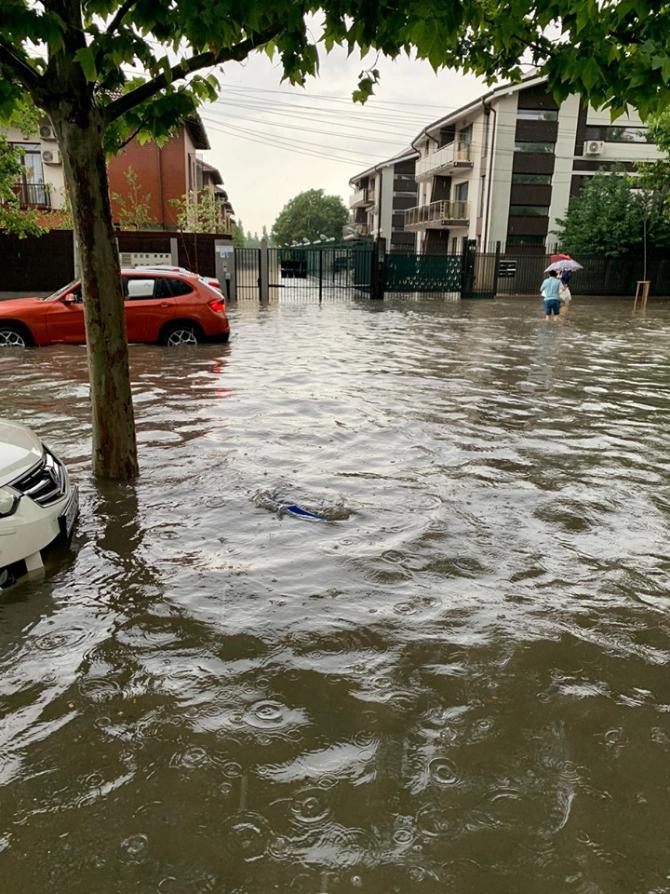 2. -imagine fara descriere- (inundatii-buc-3_34947600.jpg)