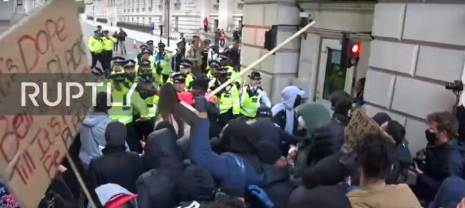 Proteste la Londra - Manifestanții forțează intrarea în Palatul Buckingham