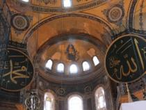 Fresca Fecioarei Maria cu Pruncul, flancată de inscripții din Coran, care au rămas în incinta Basilicii, după cucerirea Constantinopolului, la 29 mai 1453 de către sultanul Mehmed al II-lea  Foto: Crișan Andreescu
