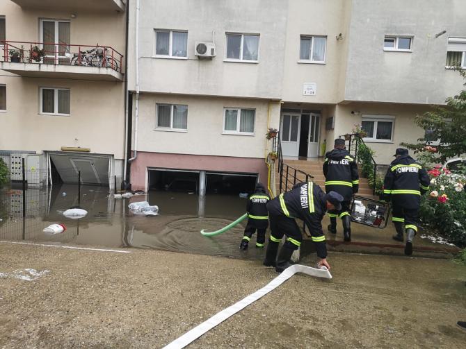 Foto: ISU Alba / Inundații în subsolul unui bloc.