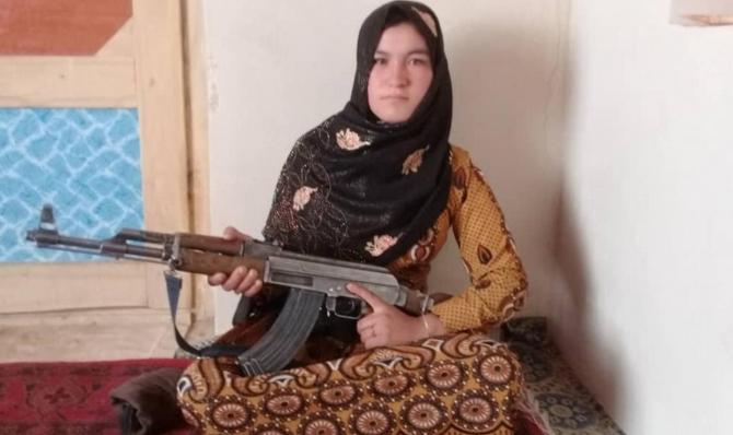 Fata afgană care a ucis doi luptători talibani cu un AK-47 după ce aceștia i-au ucis părinții FOTO Twitter