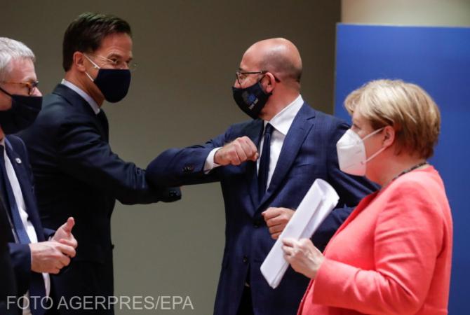 Primul ministru olandez Mark Rutte și președintele Consiliului European, Charles Michel își ating coatele, în timp ce Angela Merkel este în așteptarea unei noi runde a  summit-ului de patru zile de la Bruxelles