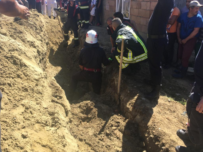 Bărbat prins sub un mal de pământ. Foto: ISU Sibiu