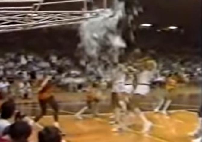 """1985 - Un tânăr Jordan sparge sticla cu un """"dunk"""" cu o singură mână"""