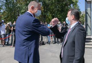 Klaus Iohannis și Ludovic Orban, salut  nerecomandat de OMS  Foto: Administrația Prezidențială