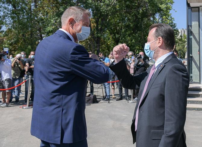 Klaus Iohannis și Ludovic Orban, salut cu cotul