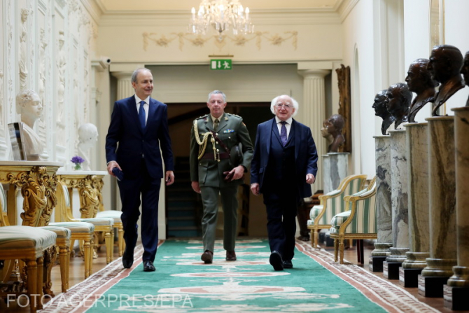 (Stânga) Premierul Irlandei, Martin Micheal