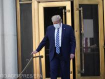 Președintele Donald  Trump părăsește Centrul Medical Militar Național Walter Reed, din Bethesda, Maryland, pentru a se întoarcere la Casa Albă.