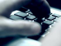 Polițiștii au ridicat mai multe dispozitive de stocare a datelor informatice