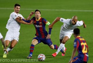 Lionel Messi în acțiune împotriva mijlocașilor lui Ferencvaros, Aissa Laidouni și Ihor Kharatin, în timpul partidei  dintre FC Barcelona și Ferencvaros, de pe Camp Nou