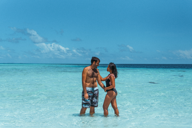 GaminTraveler https://scop.io/products/couple-kissing-on-beach-1?variant=32451016196143