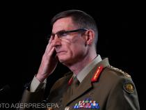 Conducătorul ADF, Angus Campbell, citește rezultatele investigației. Foto: Agerpres