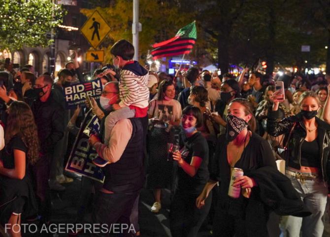Mii de oameni sărbătoresc pe străzile din New York victoria lui Joe Biden