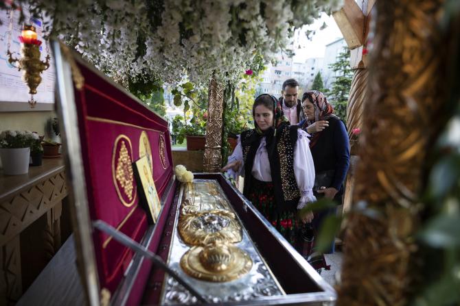 Racla cu moaștele Sfântului a fost așezată în pridvorul bisericii  Foto: basilica.ro