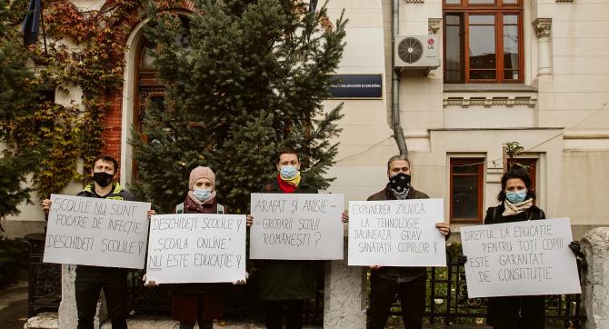 Protest în fața Ministerului Educației