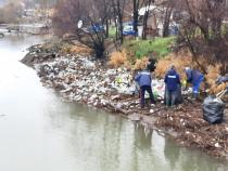 Râul Cerna, sufocat de ambalaje. Foto: Administrația Apele Române