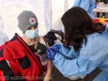 O femeie se vaccinează împotriva Covid-19