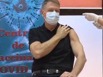 Klaus Iohannis își arată brațul în timp ce vaccinează anti-Covid-19