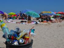 Ce mai aruncă oamenii pe plajă