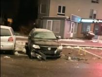 O șoferiță a avariat șapte mașini parcate pe o stradă din Brașov. Foto captură: bizbrasov.ro / Facebook – Informații Rutiere Brașov