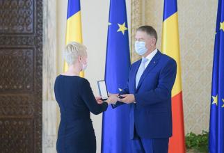 Iohannis a conferit Teatrului Național, prin managerul său, Ada Hausvater, ordinul Meritul Cultural în grad de comandor / Foto Administrația Prezidențială
