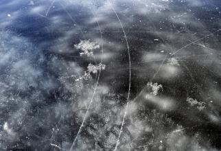 Un bărbat din Braşov a căzut într-un lac, după ce gheaţa s-a rupt. Sursa: Pixabay
