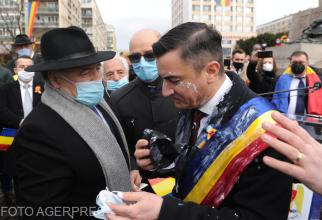 Primarul municipiului Iași, Mihai Chirica, a fost stropit cu iaurt, în timp ce participa la manifestările prilejuite de aniversarea a 162 de ani de la înfăptuirea Unirii Principatelor.