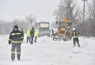 Sute de mașini au rămas înzăpezite pe drumurile naționale. Foto cu caracter ilustrativ.